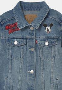 Levi's® - MICKEY MOUSE TRUCKER - Džínová bunda - light-blue denim - 2