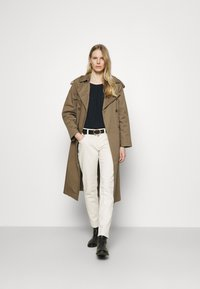 Marc O'Polo - TROUSER MID WAIST BOYFRIEND - Jeans Tapered Fit - offwhite - 1