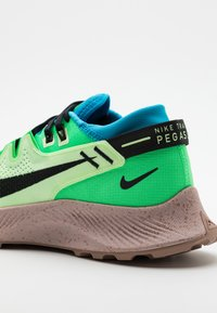 Nike Performance - PEGASUS TRAIL 2 - Obuwie do biegania Szlak - barely volt/black/laser blue - 5