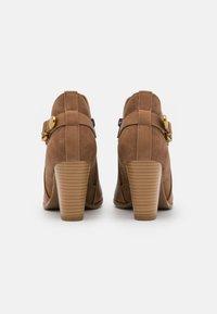 Wallis - ANISH - Boots à talons - camel - 3