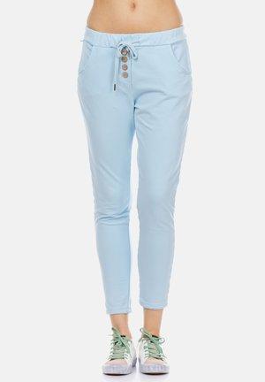 MIT ELASTISCHER TAILLE UND KNOPFDETAILS - Trousers - blue