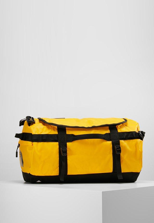 BASE CAMP DUFFEL S UNISEX - Sporttasche - sumitgold/black