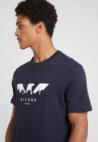 Emporio Armani - T-shirt z nadrukiem - blu navy - 4