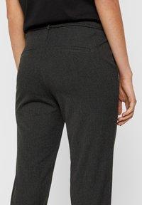 Vero Moda - VMMAYA LOOSE SOLID PANT  - Pantalon classique - dark grey melange - 4