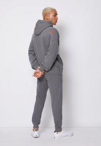Calvin Klein Jeans - OVERSIZED LARGE BADGE HOODIE UNISEX - Sweatshirt - light grey - 2