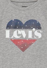 Levi's® - FLUTTER SLEEVE - Print T-shirt - light gray heather - 2
