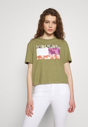 CAMO FLAG TEE - Print T-shirt - olive tree