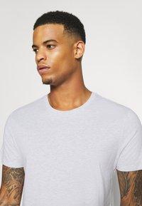 Burton Menswear London - SHORT SLEEVE CREW 5 PACK - T-shirt basic - burgundy/olive - 9