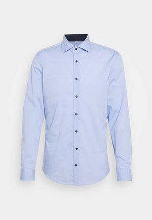 SLIM SPREAD PATCH - Camicia elegante - hellblau