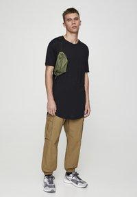 PULL&BEAR - MIT LANGER PASSFORM - T-shirts basic - black - 1