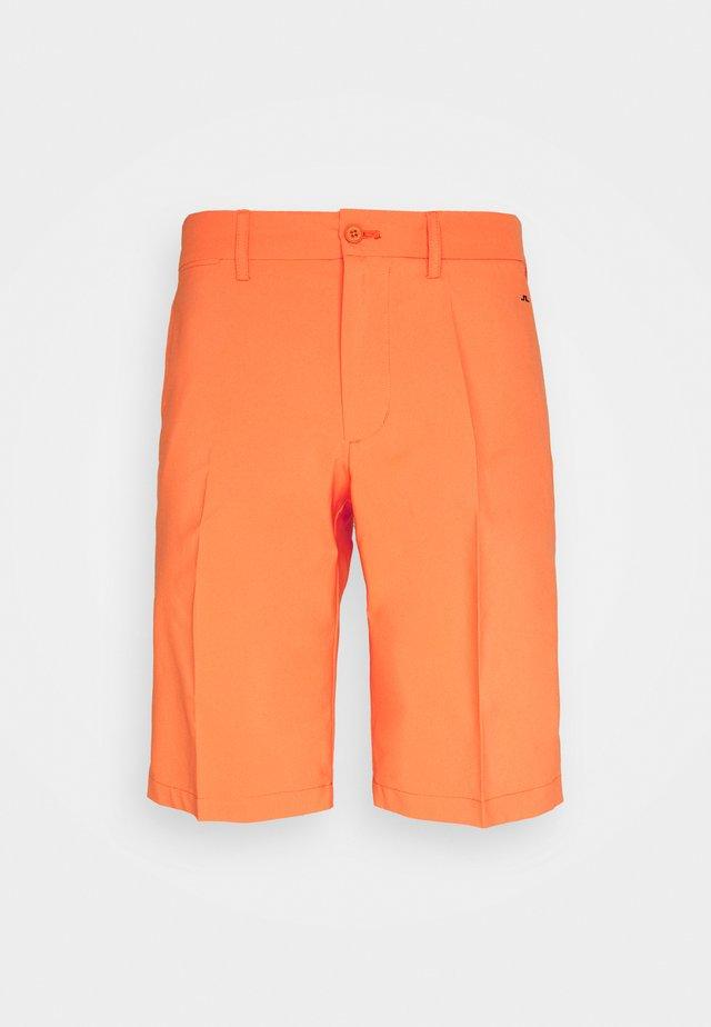 SOMLE GOLF SHORTS - Sports shorts - lava orange