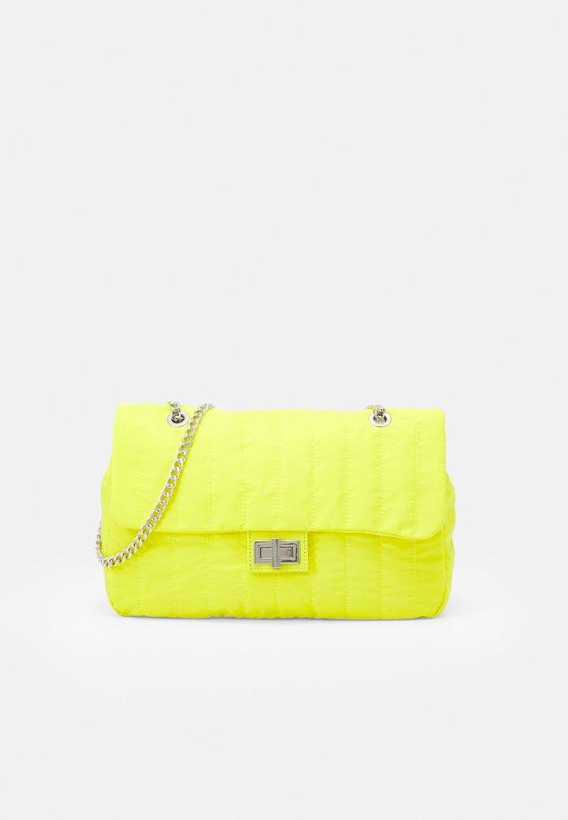 CROSSBODY  BAG CHUCK L - Schoudertas - yellow
