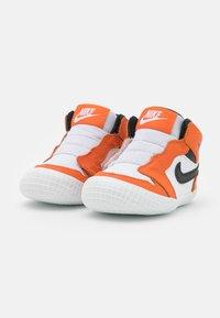 Jordan - 1 CRIB UNISEX - Sportovní boty - white/black/starfish - 1