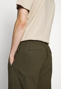 Folk - DRAWCORD ASSEMBLY PANT - Kalhoty - olive - 3