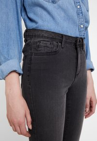 Vero Moda - VMTANYA PIPING - Skinny-Farkut - dark grey denim - 5
