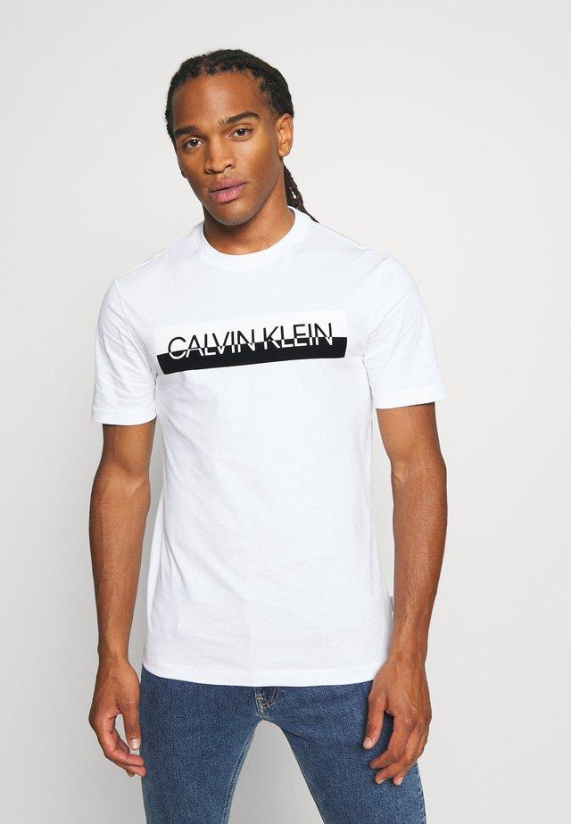 SPLIT LOGO - T-shirt imprimé - white