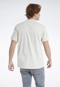 Reebok Classic - CLASSICS SPLIT VECTOR T-SHIRT - Print T-shirt - beige - 2