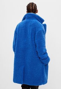 Bershka - MIT LAMMFELLIMITAT - Winter coat - blue - 2