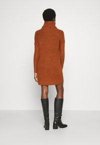 ONLY - ONLJANA COWLNECK DRESS  - Pletené šaty - ginger bread melange - 2