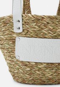 Núnoo - BEACH BAG SMALL - Kabelka - nature white details - 3