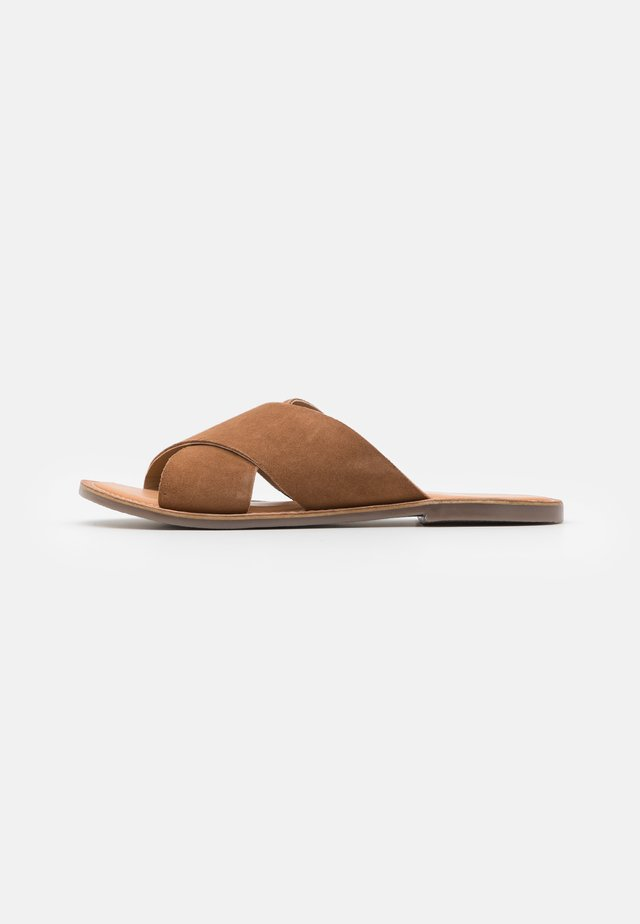 DIAZ - Pantofle - camel