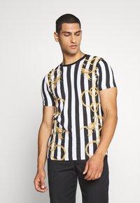Brave Soul - LATITUDE - T-shirt con stampa - black/ white - 0