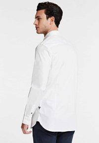 Guess - OXFORD-HEMD - Formal shirt - weiß - 2
