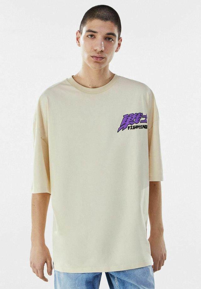 MIT SLOGAN UND FLAMMEN - T-shirt imprimé - brown