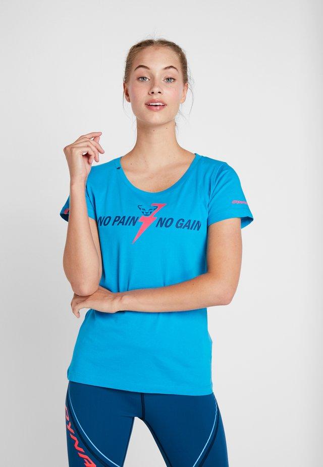 GRAPHIC TEE - T-shirt z nadrukiem - methyl blue