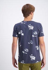 Lindbergh - AOP S/S - T-shirt print - dk blue - 1