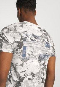 Jack & Jones - JCOBO TEE CREW NECK - Print T-shirt - lunar rock - 4