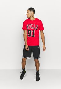 Mitchell & Ness - NBA CHICAGO BULLS DENNIS RODMAN NAME AND NUMBER TEE - T-shirt imprimé - red