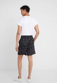 Holzweiler - BOB PRINT SHORTS - Shorts - black - 2