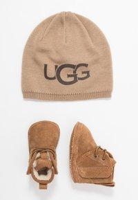 UGG - BABY NEUMEL & BEANIE SET - Baby gifts - chestnut - 0