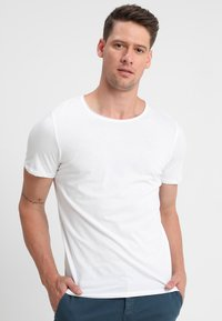 Selected Homme - SLHLUKE O-NECK TEE - T-shirt - bas - bright white - 0
