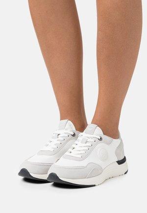 DARREN TONES - Trainers - white