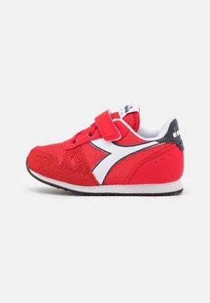 SIMPLE RUN UNISEX - Zapatillas de entrenamiento - tomato red