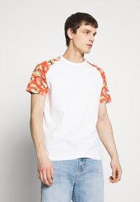 Jack & Jones - JORTROPIC TEE - Camiseta estampada - cloud dancer - 0