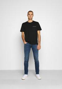Calvin Klein Jeans - INTARSIA POCKET TEE - T-shirts print - black - 1