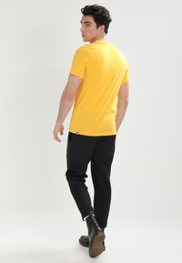 The North Face - MENS SIMPLE DOME TEE - T-shirt basic - yellow - 2