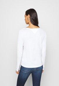 Tommy Jeans - V NECK LONGSLEEVE - Long sleeved top - white - 2