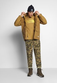 The North Face - M S/S EASY TEE - EU - T-Shirt print - british khaki - 1