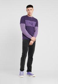 Jack & Jones - JCOPAULO TEE SLIM FIT - T-shirt med print - purple - 1