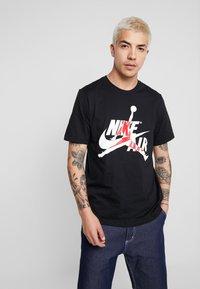 Jordan - CLASSICS  CREW - Print T-shirt - black/gym red - 0