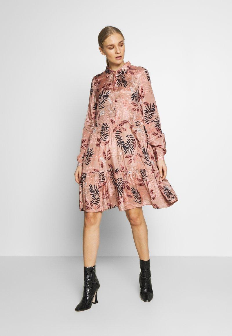 Kaffe - BENITTE DRESS - Košilové šaty - roebuck