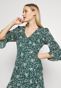 Wallis - DITZY FLORAL RUFFLE FLUTE DRESS - Day dress - green - 2
