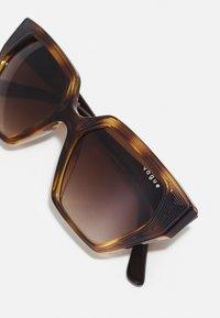 VOGUE Eyewear - Solbriller - dark havana - 4