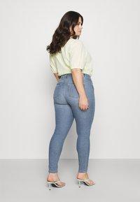 ONLY Carmakoma - CARHIRIS LIFE PUSHUP - Jeans Skinny Fit - light blue - 2