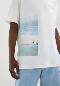 PULL&BEAR - MIT STRANDMOTIV - Print T-shirt - off-white - 3