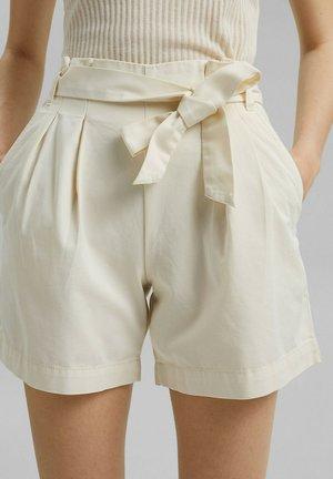 MIT GÜRTEL - Shorts - off white